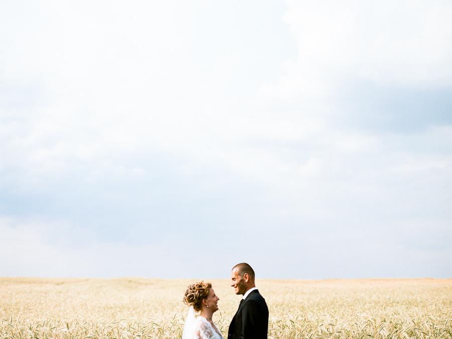 Kreatives Foto von lachendem Hochzeitspaar