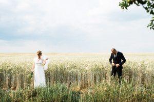 Braut und Bräutigam in Feld in Brandenburg