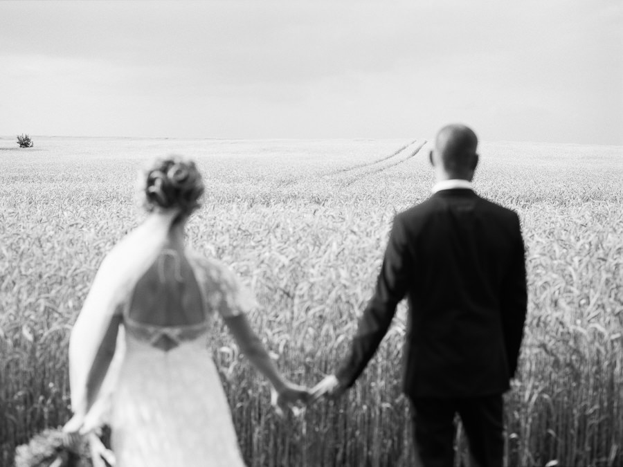 Hochzeitspaar vor vertrocknetem Feld im Fläming