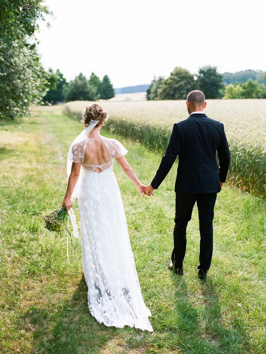 Verheirate schlendern im Grünen