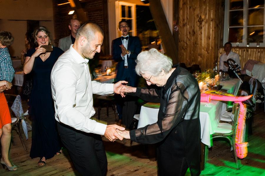 Bräutigam tanzt mit seiner Großmutter