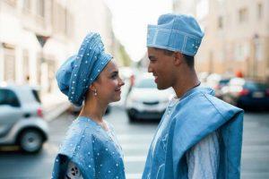 Hochzeitspaar in nigerianischer Tracht