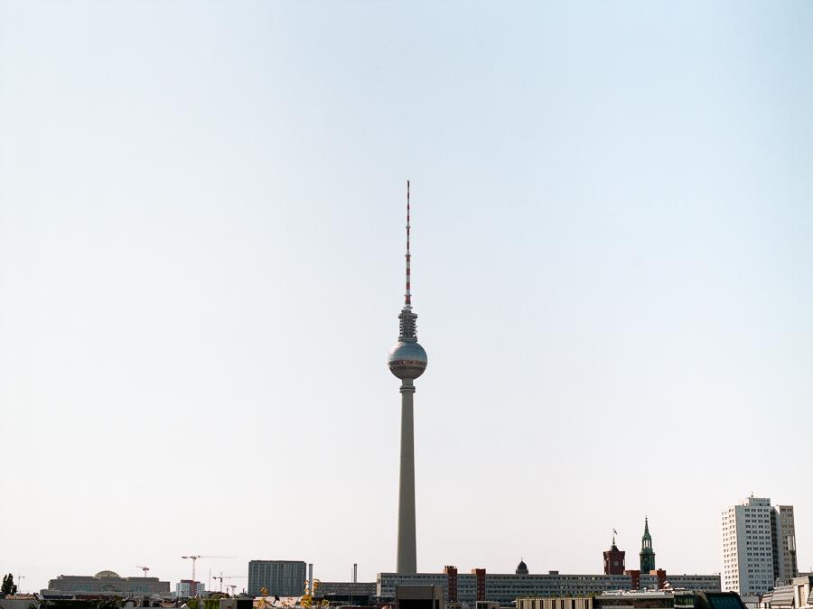 Berliner Fernsehturm an einem Sommermorgen