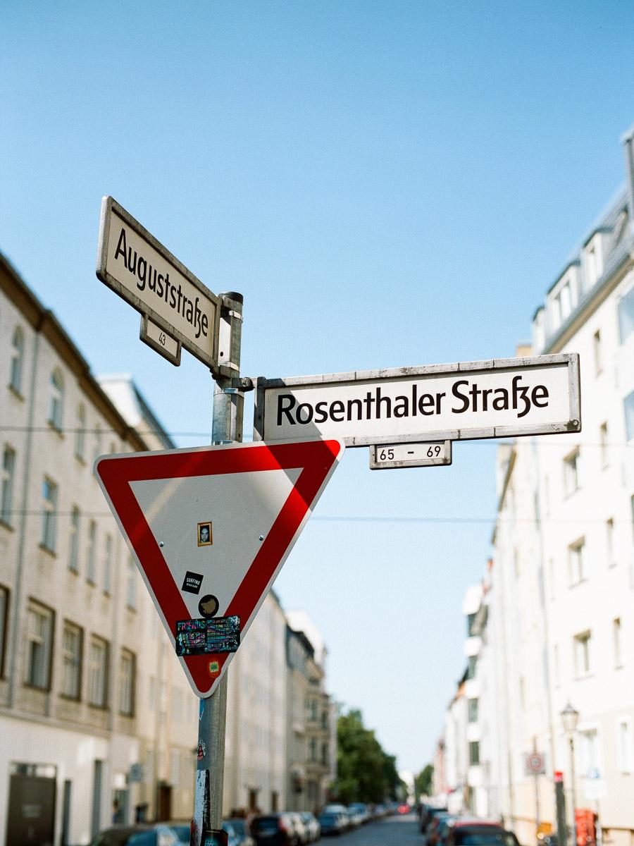 Straßenschild Kreuzung Rosenthaler Straße Auguststraße