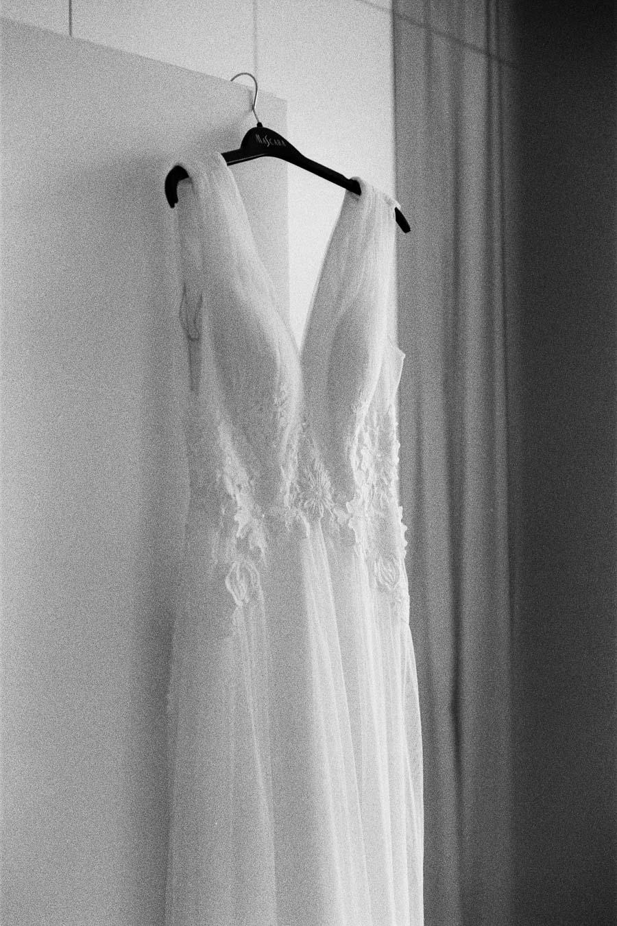 Schwarzweißfoto von Brautkleid