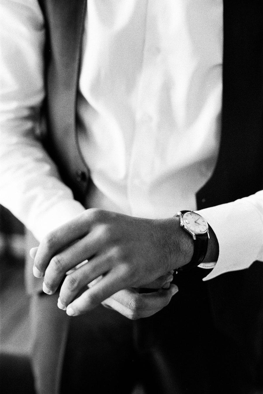 Bräutigam legt Uhr an