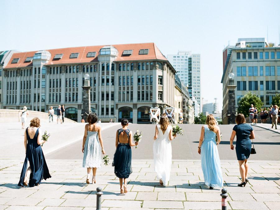 Hochzeitsgesellschaft auf der Friedrichsbrücke in Berlin