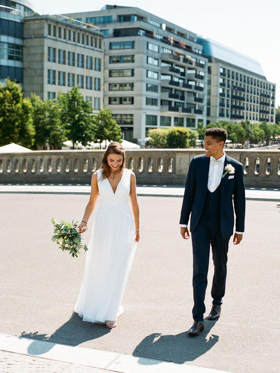 Hochzeitspaar auf der Friedrichsbrücke in Berlin