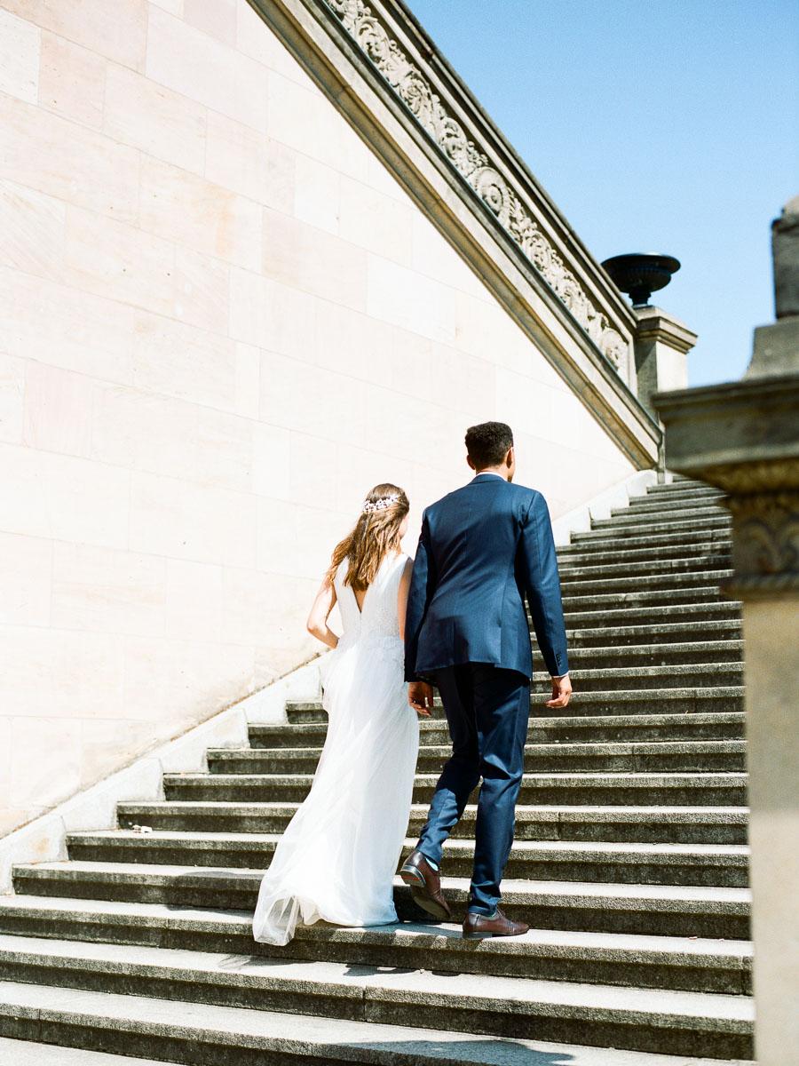 Hochzeitspaar läuft Treppen hinauf