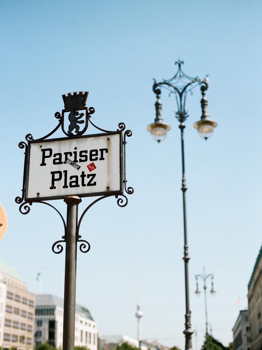 Schild am Pariser Platz