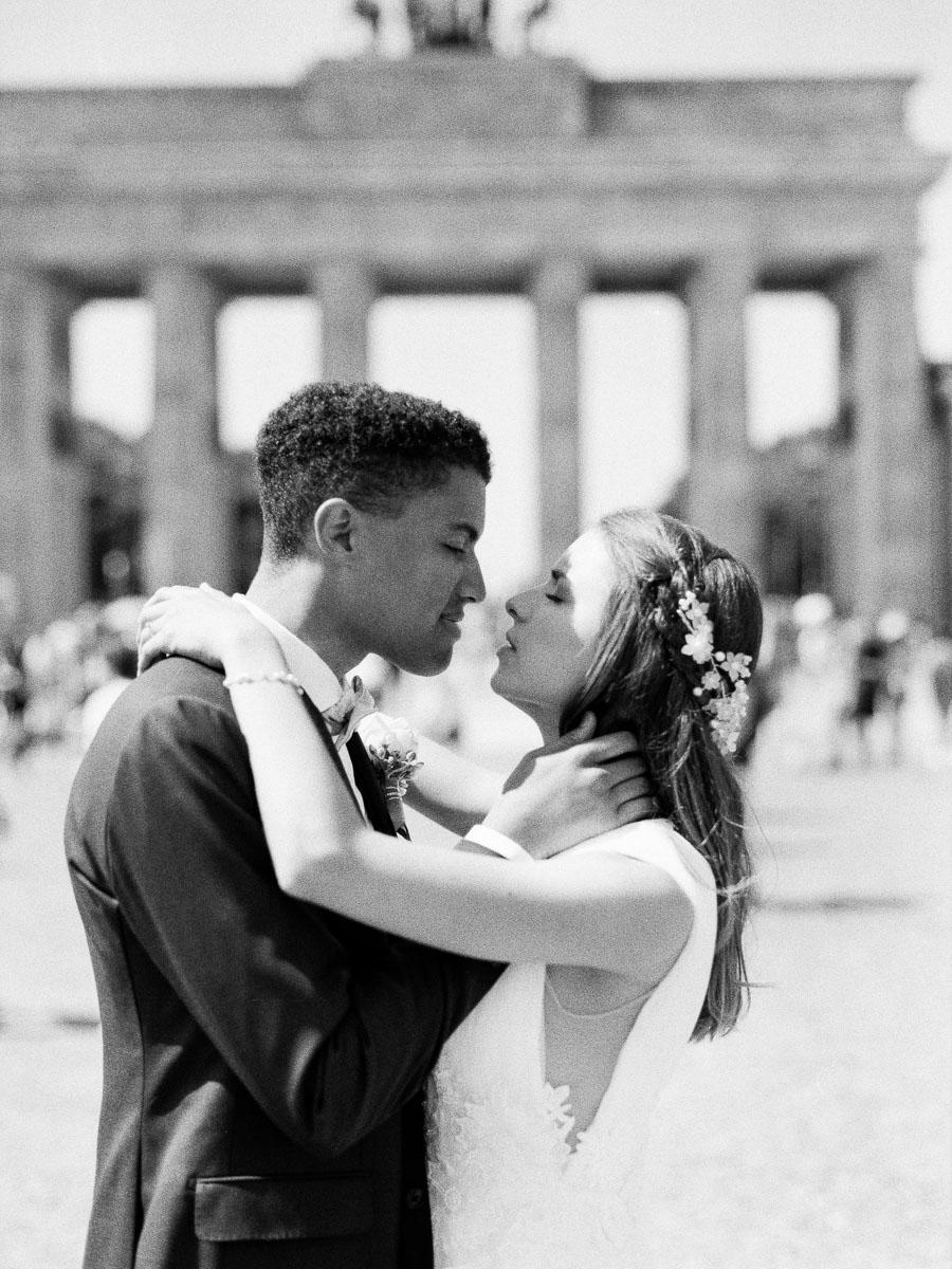 Brautpaar auf dem Pariser Platz in Berlin