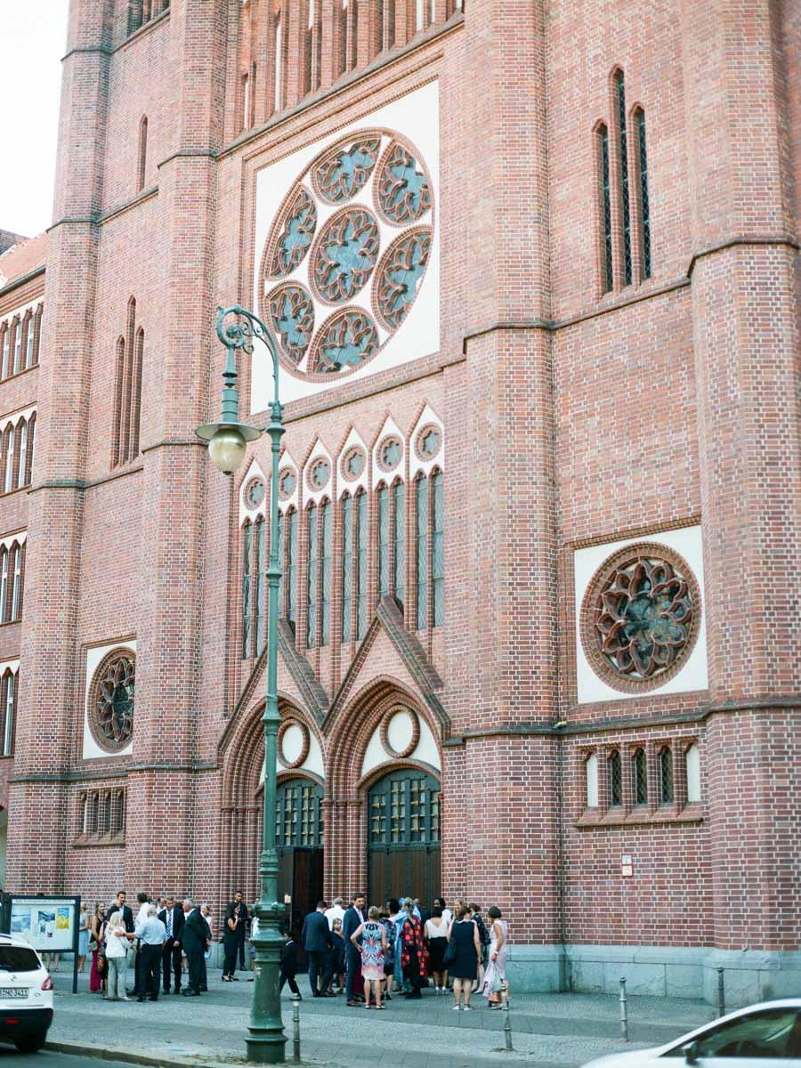 Hochzeitsgesellschaft vor St. Bonifatius Kirche in Berlin