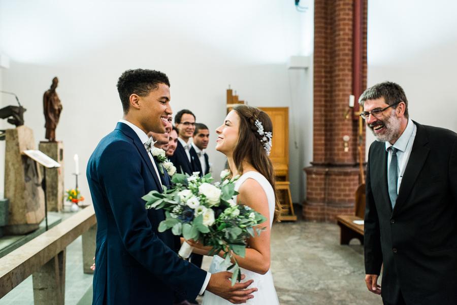 Brautvater mit Hochzeitspaar