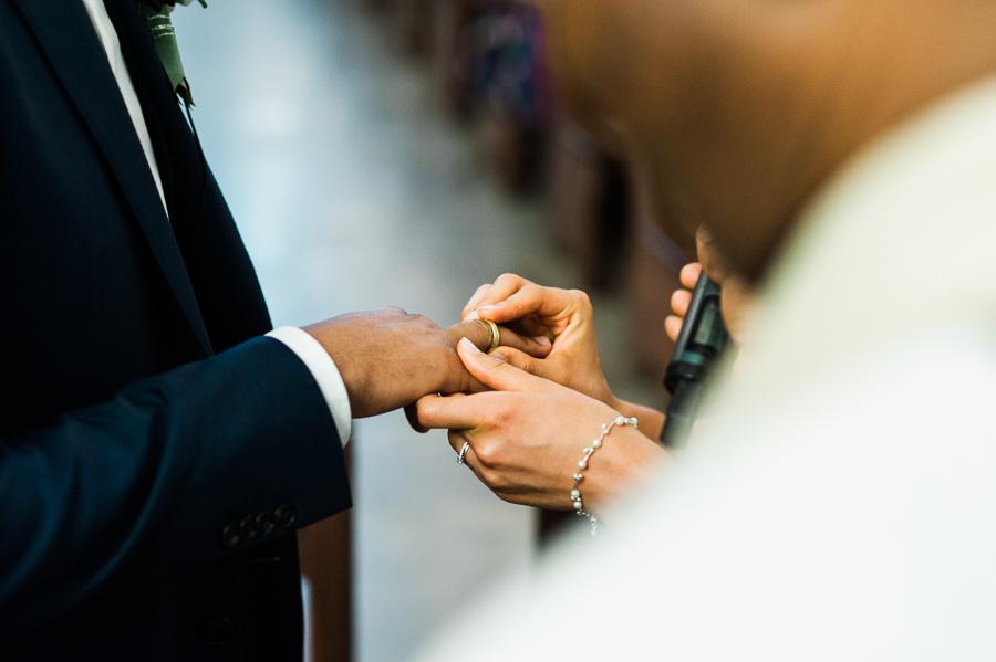 Hochzeitspaar legt Ringe an