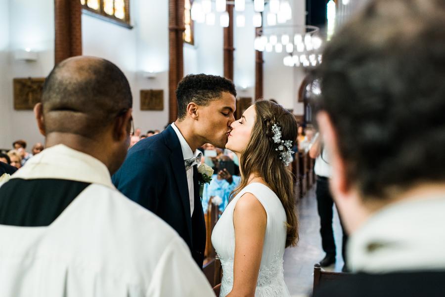 Hochzeitspaar küsst sich nach dem Jawort