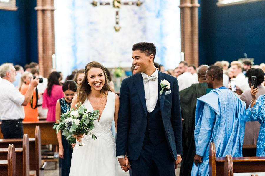 Hochzeitspaar geht gemeinsam aus Kirche