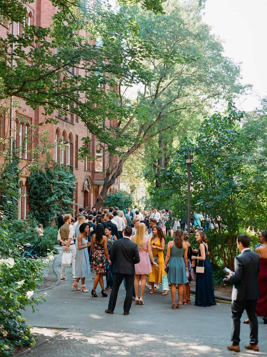 Hochzeitsempfang im grünem Innenhof