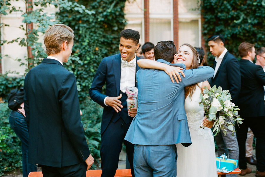 Gäste beglückwünschen frisch verheiratetes Paar