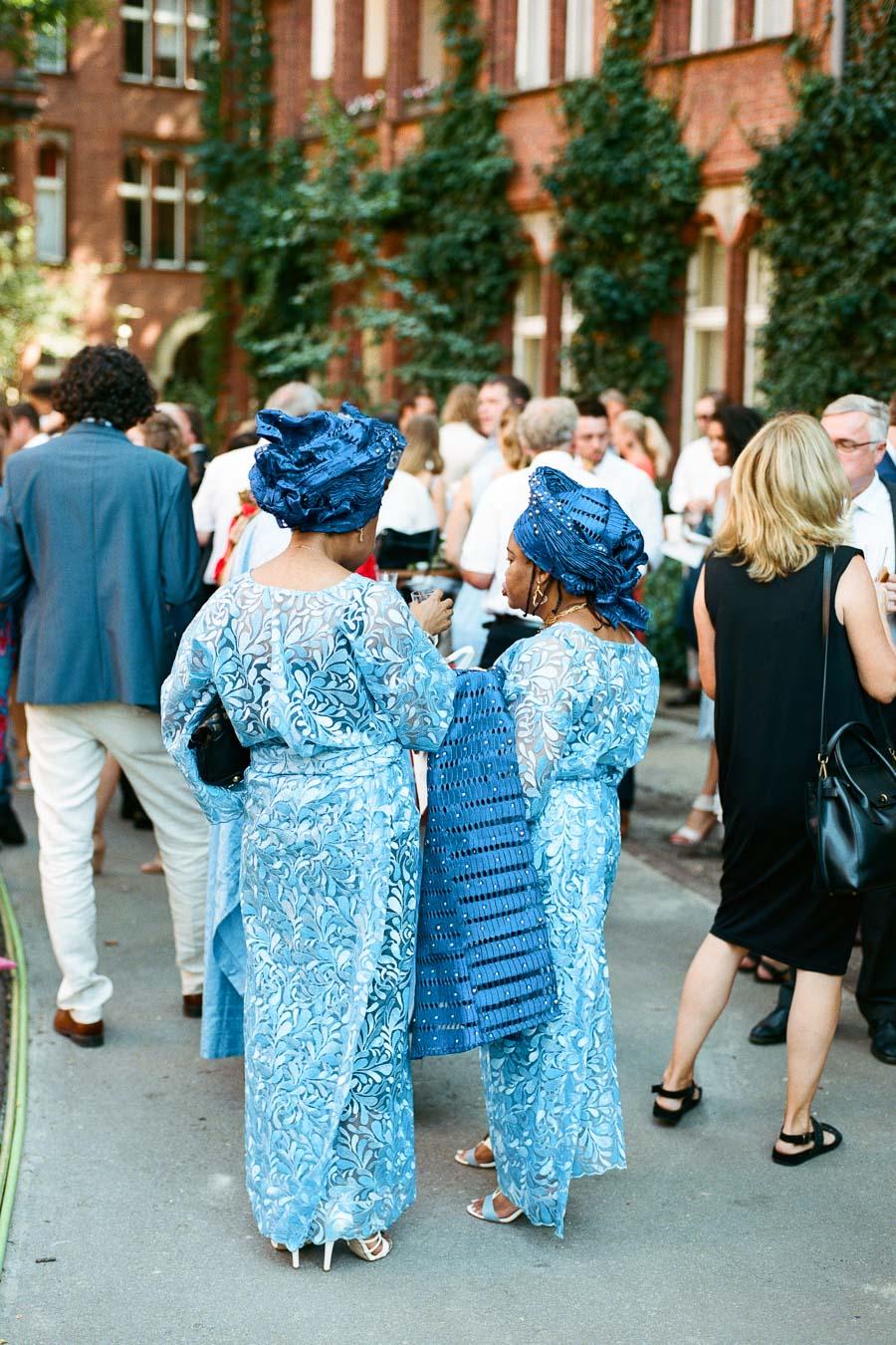 Hochzeitsgäste in traditionellen nigerianischen Outfits