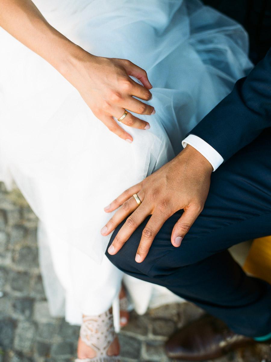 Detailfoto der Hände von Braut und Bräutigam