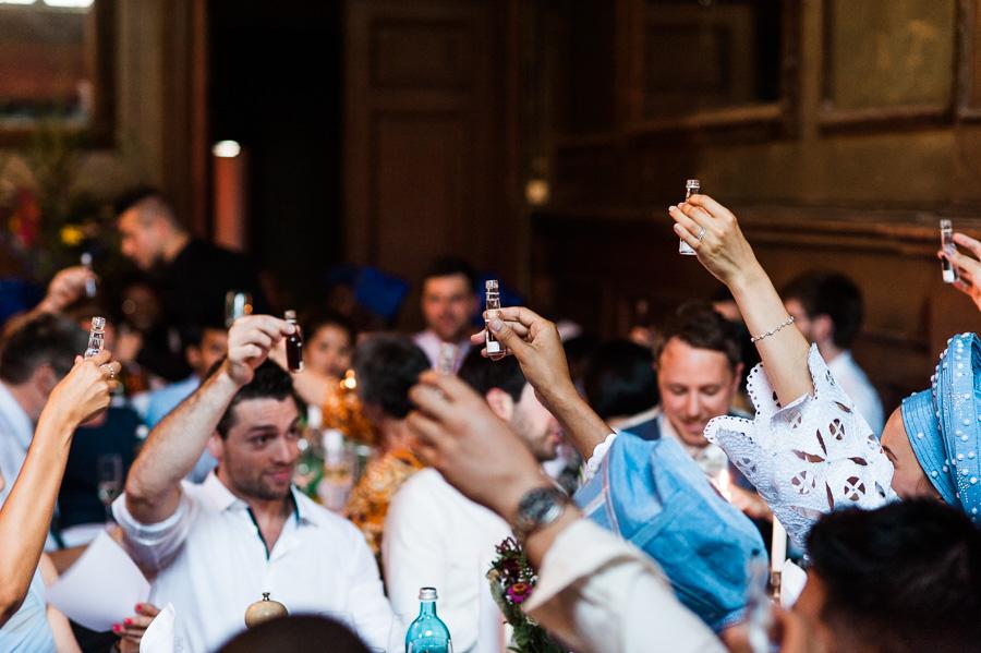 Hochzeitsgäste stoßen an