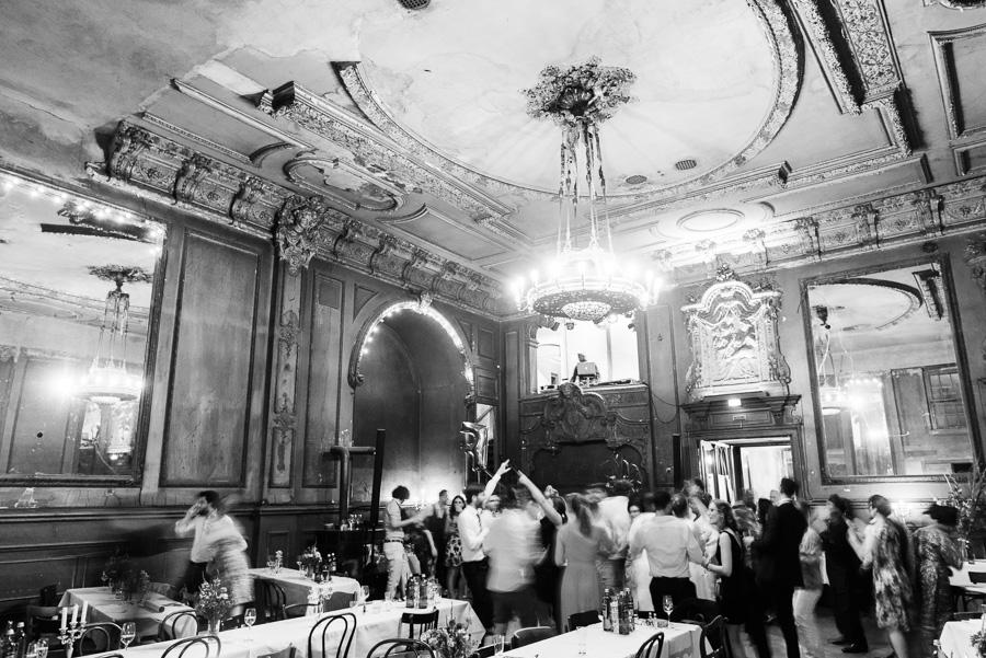 Tanzende Hochzeitsgäste im Spiegelsaal