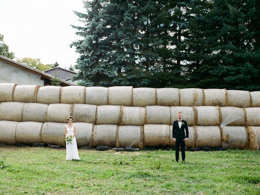 Brautpaar vor Strohballen