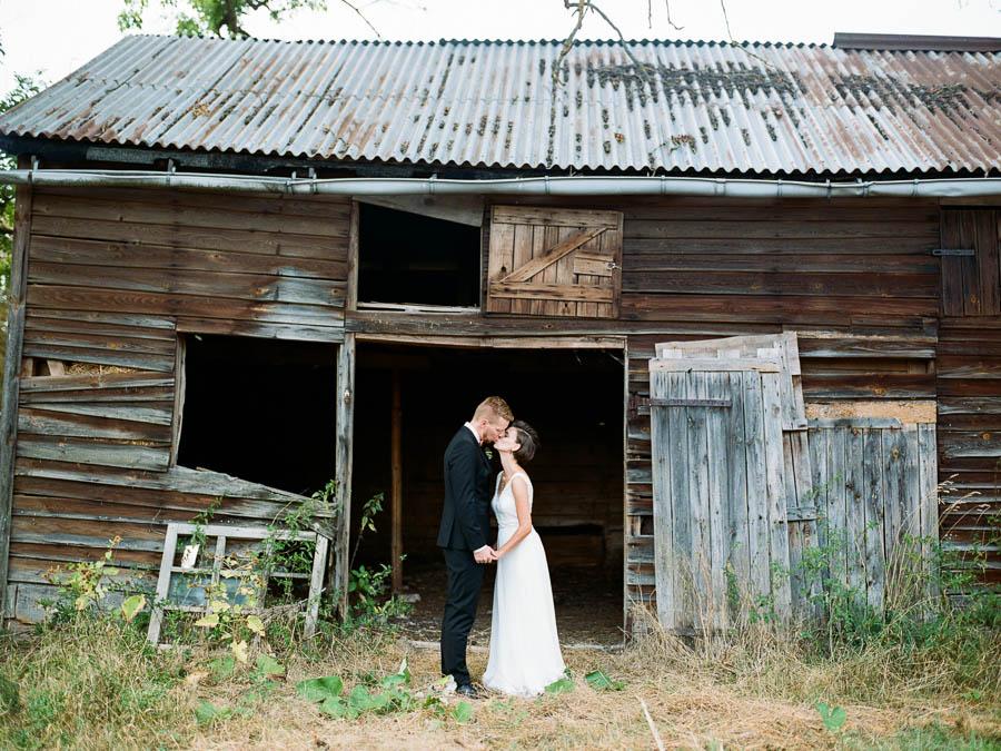 Hochzeitsfoto vor zerfallener Scheune