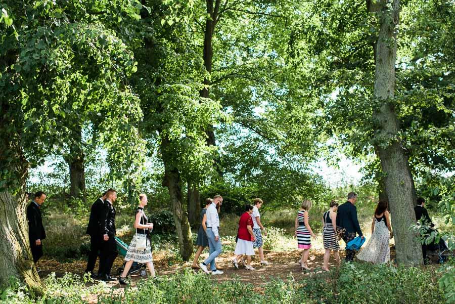Gäste auf dem Weg zur Trauung