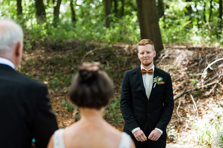 Bräutigam sieht seine Braut