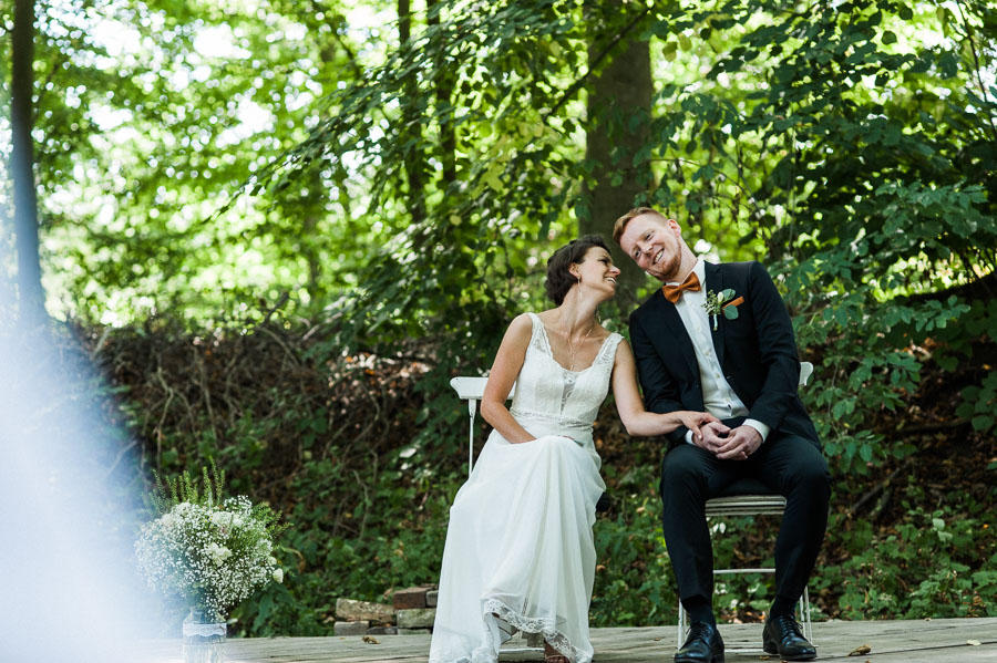Grinsendes Paar während der Trauung
