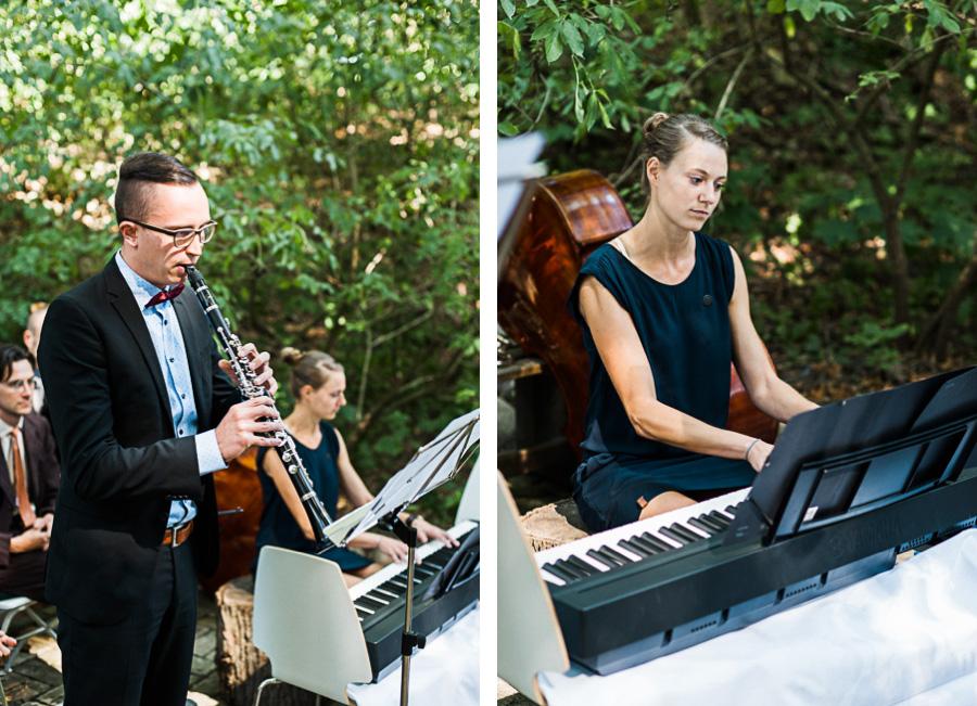 Hochzeitsgäste machen Musik