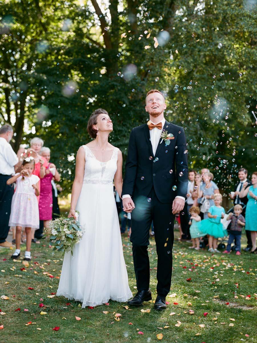 Hochzeitspaar inmitten von Seifenblasen
