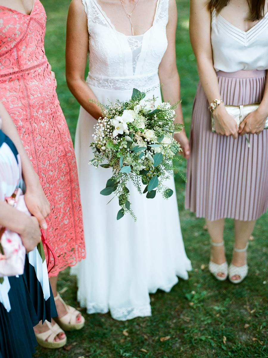 Stylische Hochzeitsgäste und Braut
