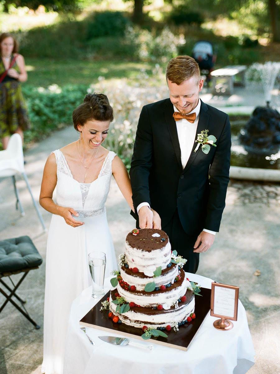 Hochzeitspaar beim Anschnitt der Hochzeitstorte