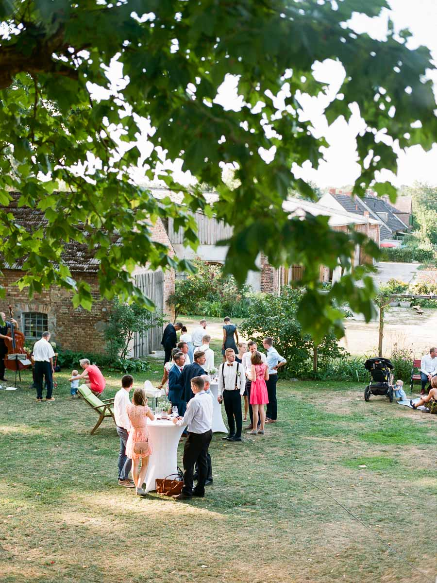 Gäste auf der Terrasse von Gut Boltenhof