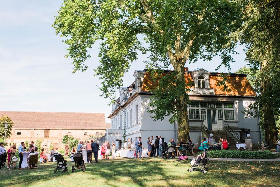 Hochzeitsgesellschaft feiert auf Gut Boltenhof
