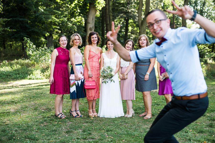 Hochzeitsgast platzt in ein Gruppenfoto