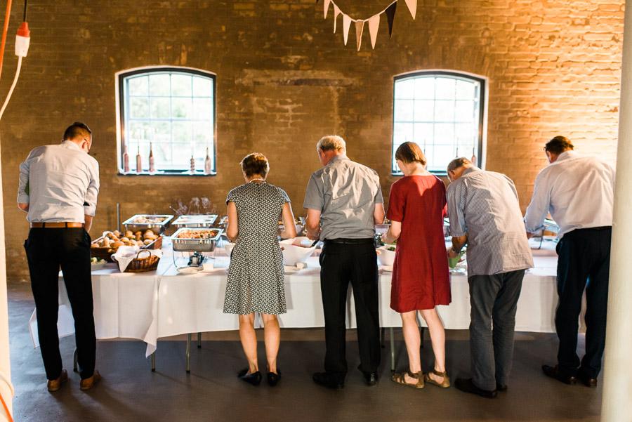 Gäste am Hochzeitsbuffet