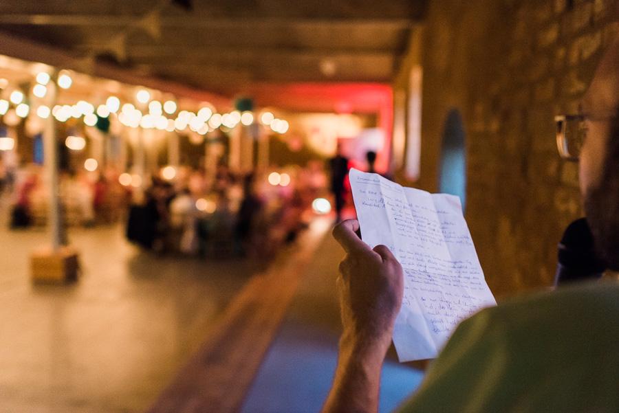 Gast hält Instruktionen für Hochzeitsspiel