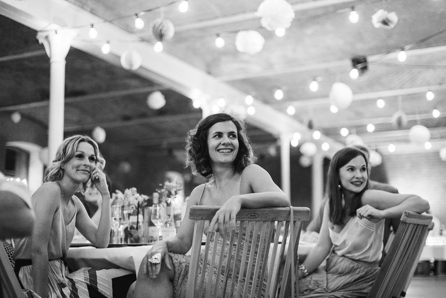 Lachende Hochzeitsgäste