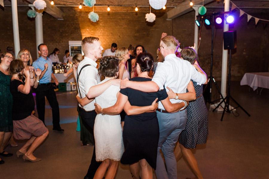 Beste Freunde auf Hochzeitsparty