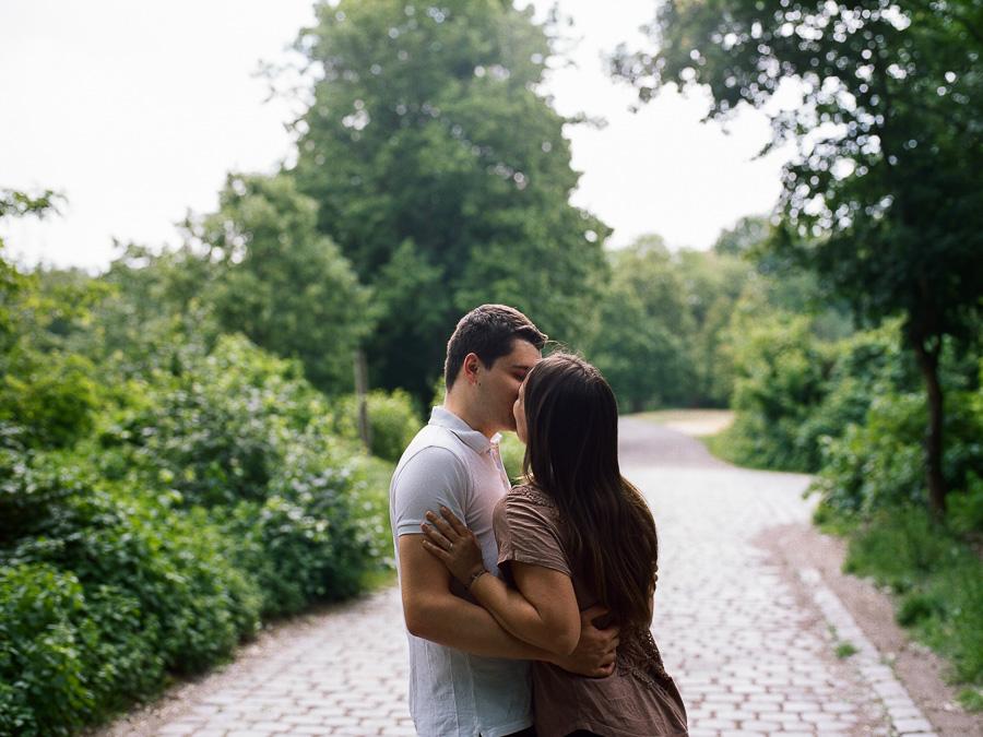Küssendes Paar im Volkspark Rehberge