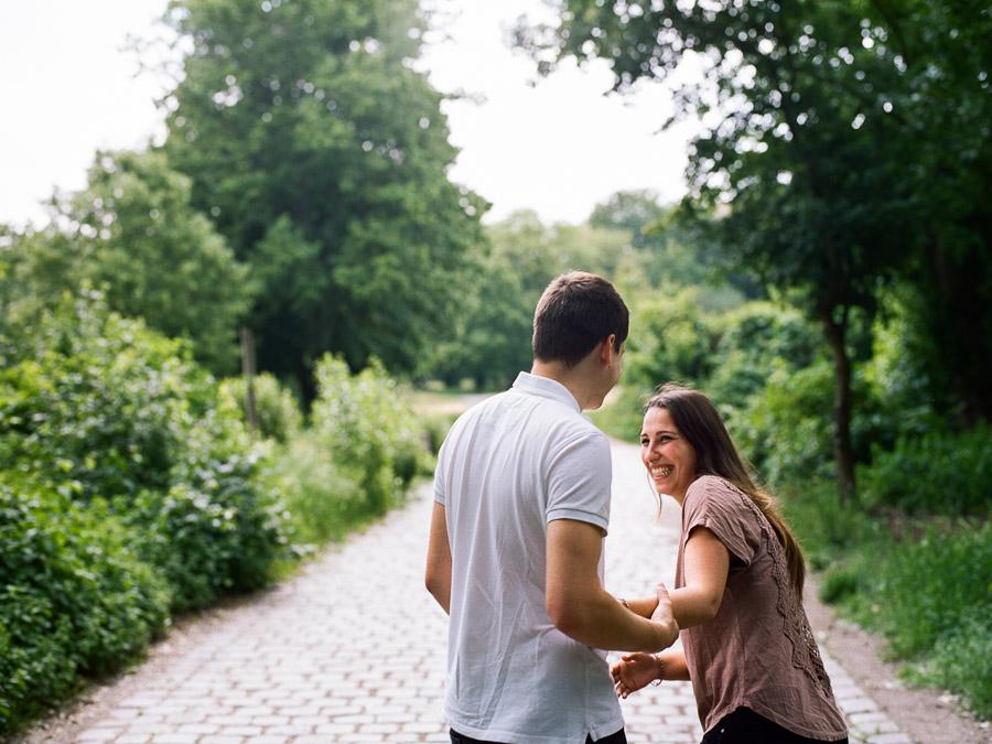 Lachende Menschen bei Paarfotos in Berlin Rehberge