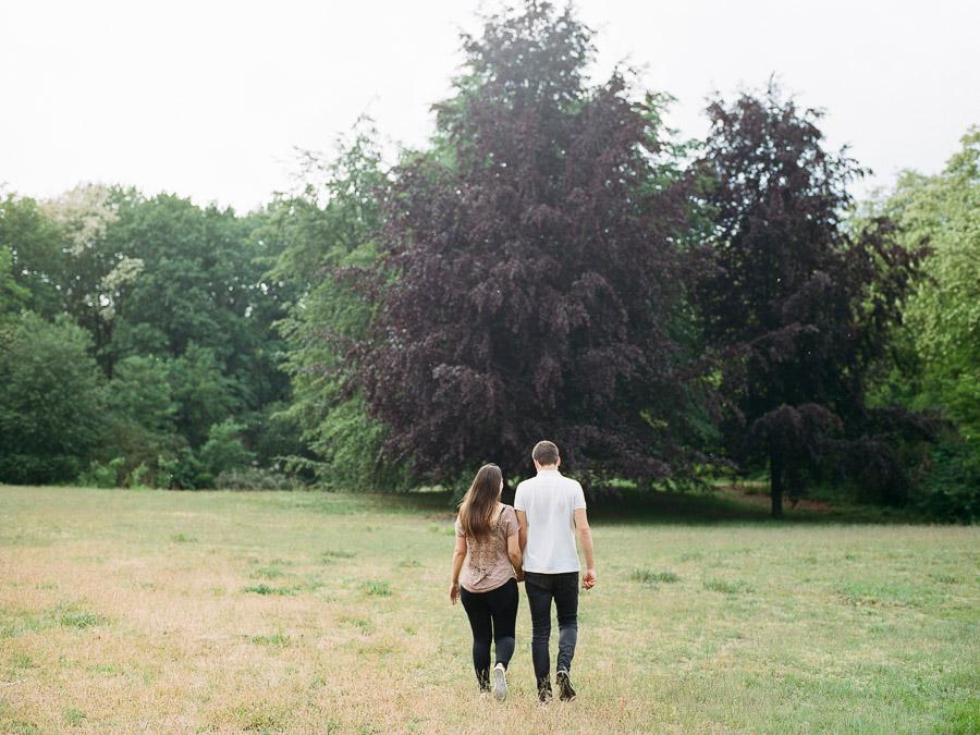 Paar beim Spaziergang im Volkspark Rehberge in Berlin-Wedding