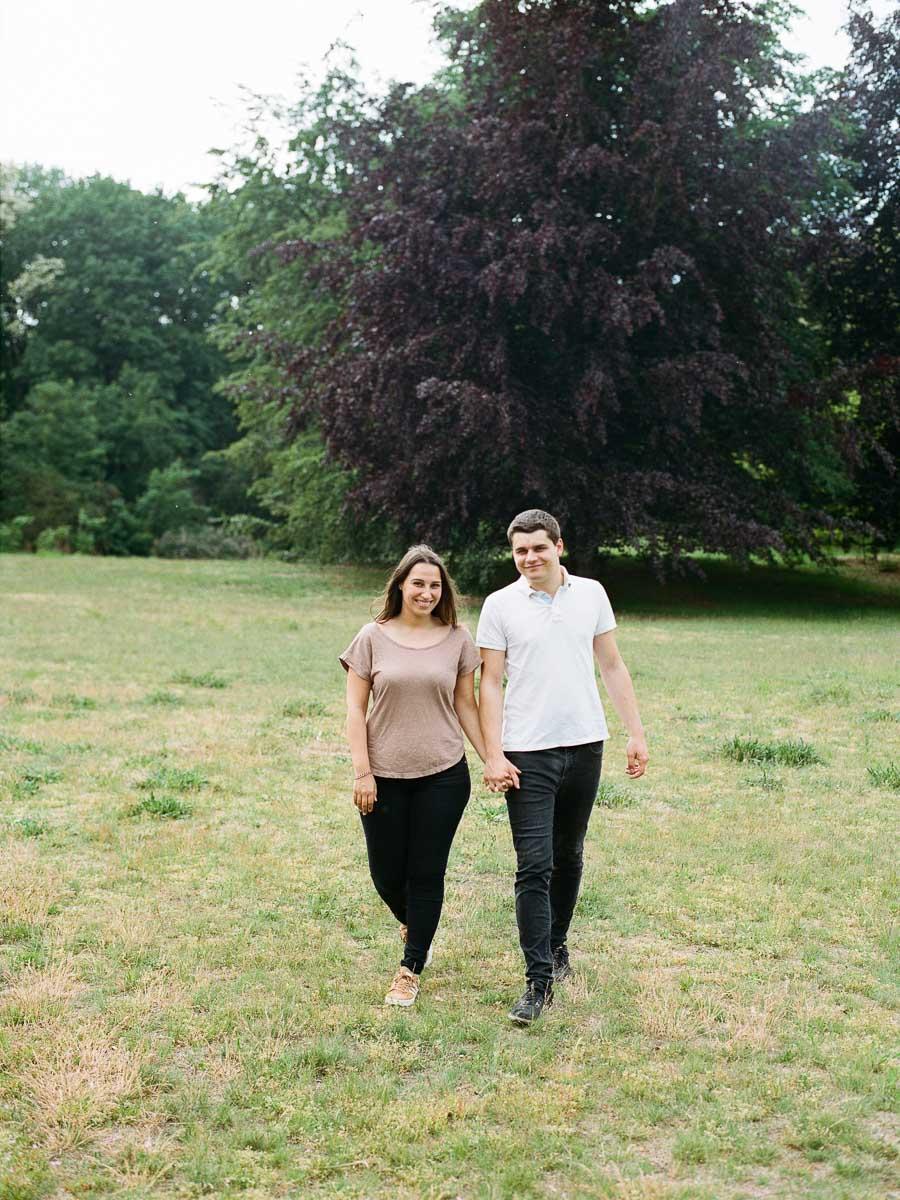 Paar beim Fotoshooting im Volkspark Rehberge