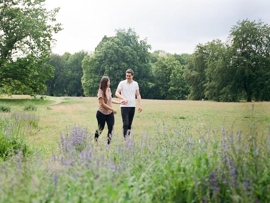 Verlobtes Paar auf Blumenwiese im Volkspark Rehberge