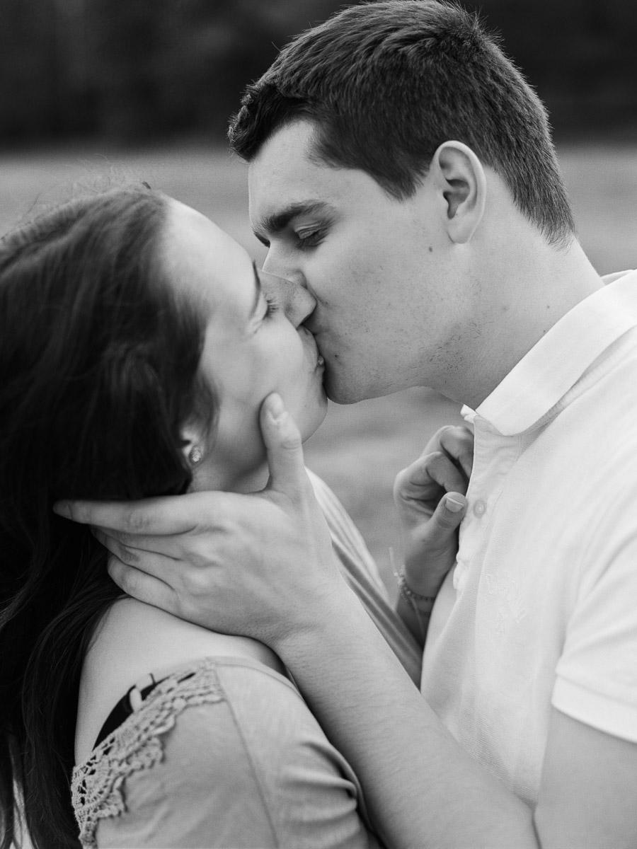 Verlobtes Paar küsst sich