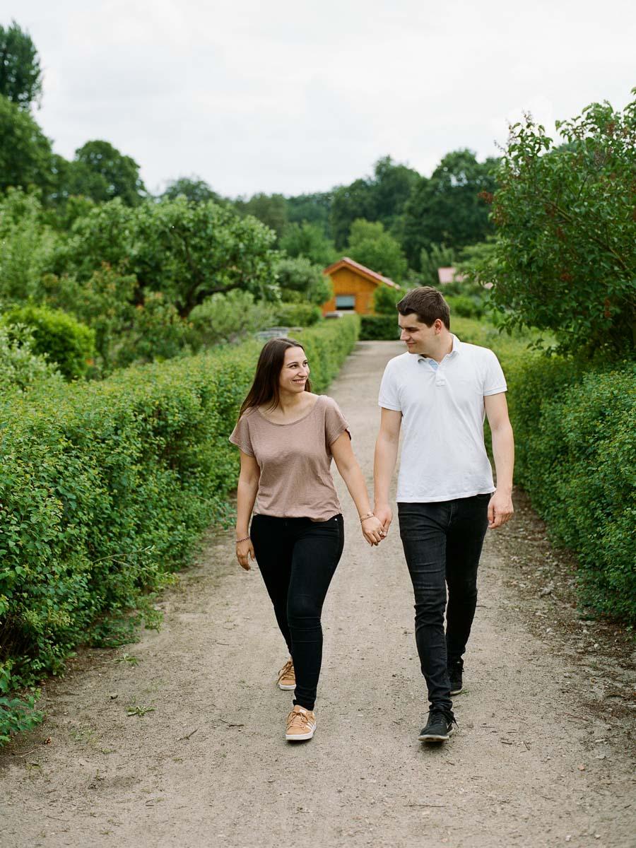 Paar beim Spaziergang