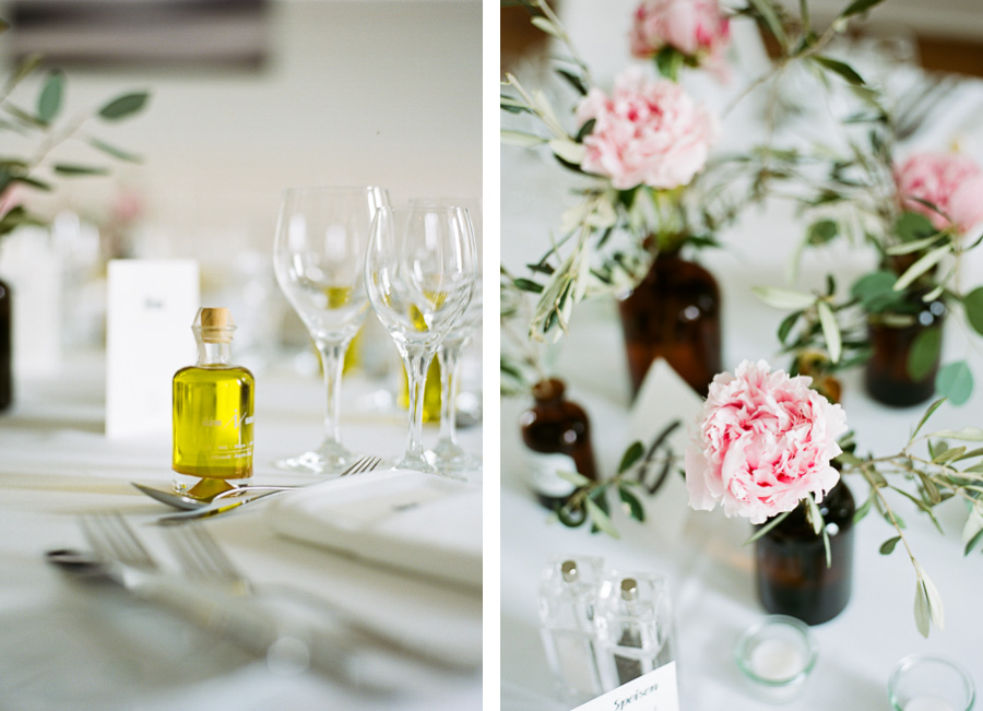 Blumen und Gastgeschenke auf Hochzeitstisch